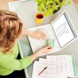 mujer generando un factura digital