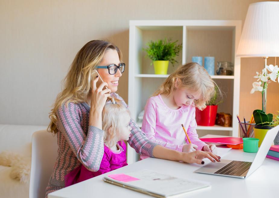 Mujer conciliando vida laboral y familiar (2)